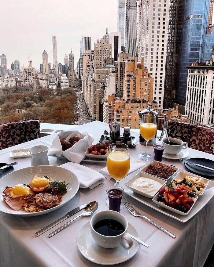 Завтрак с видом на Нью-Йорк