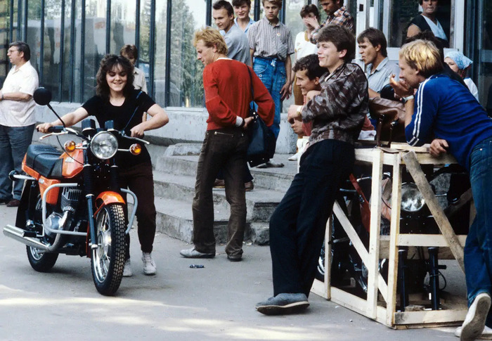 Счастливая покупательница мотоцикла Jawa, Москва, 1980-е годы
