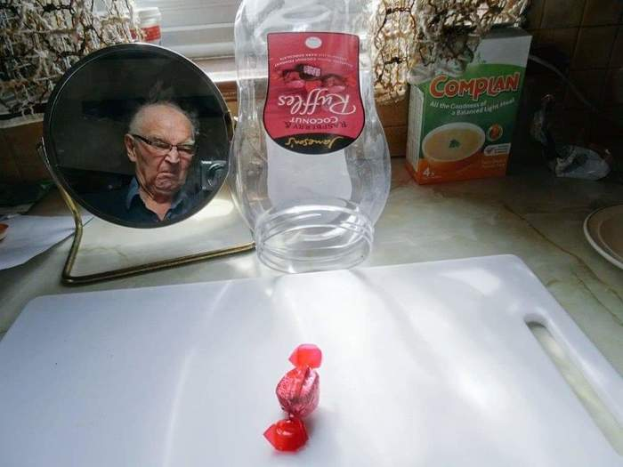 Внук купил дедушке большую банку с его любимыми конфетами, и дед прислал фотку по электронной почте, чтобы сказать, что наконец-то доел их.