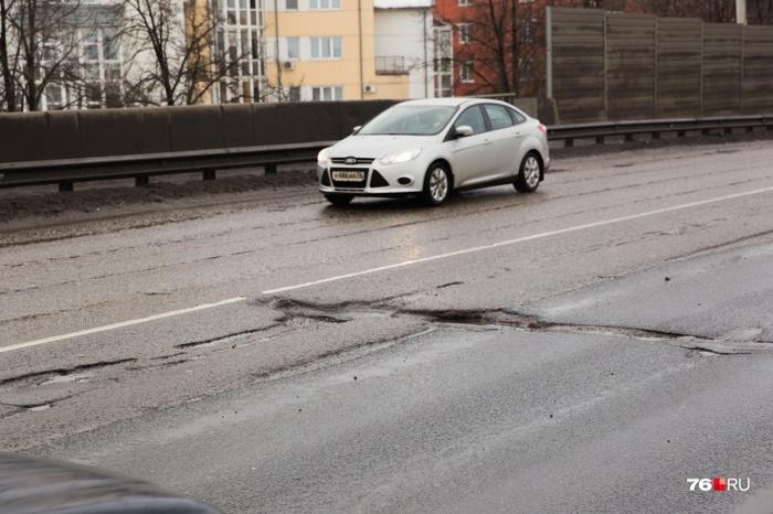 Директор департамента городского хозяйства предложил ярославцам «заделать свою яму на дороге» Ярославль, Российские дороги, Ямочный ремонт, Текст, Негатив