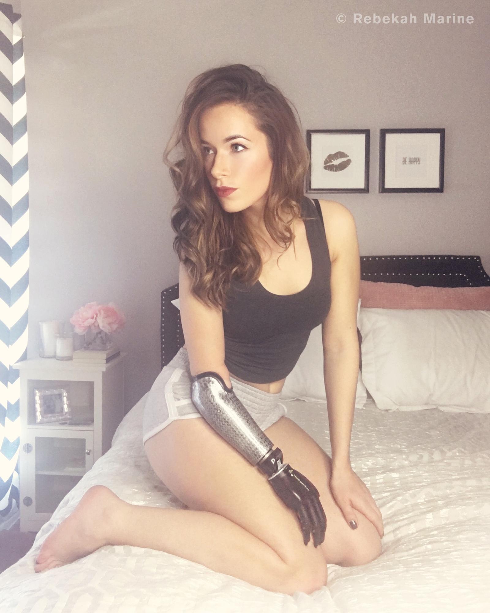 Девушка модель с протезом