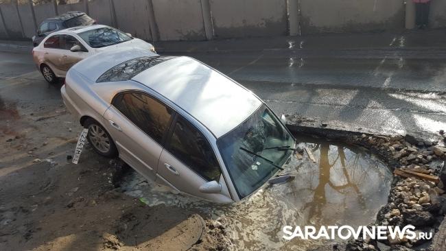 Машина попала в яму в саратове