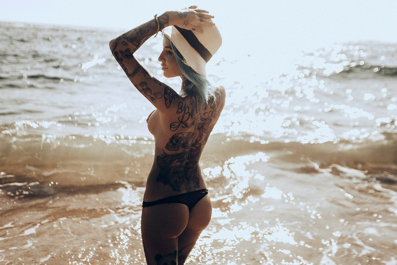 девушки на пляже частные фото с тату впервые жизни