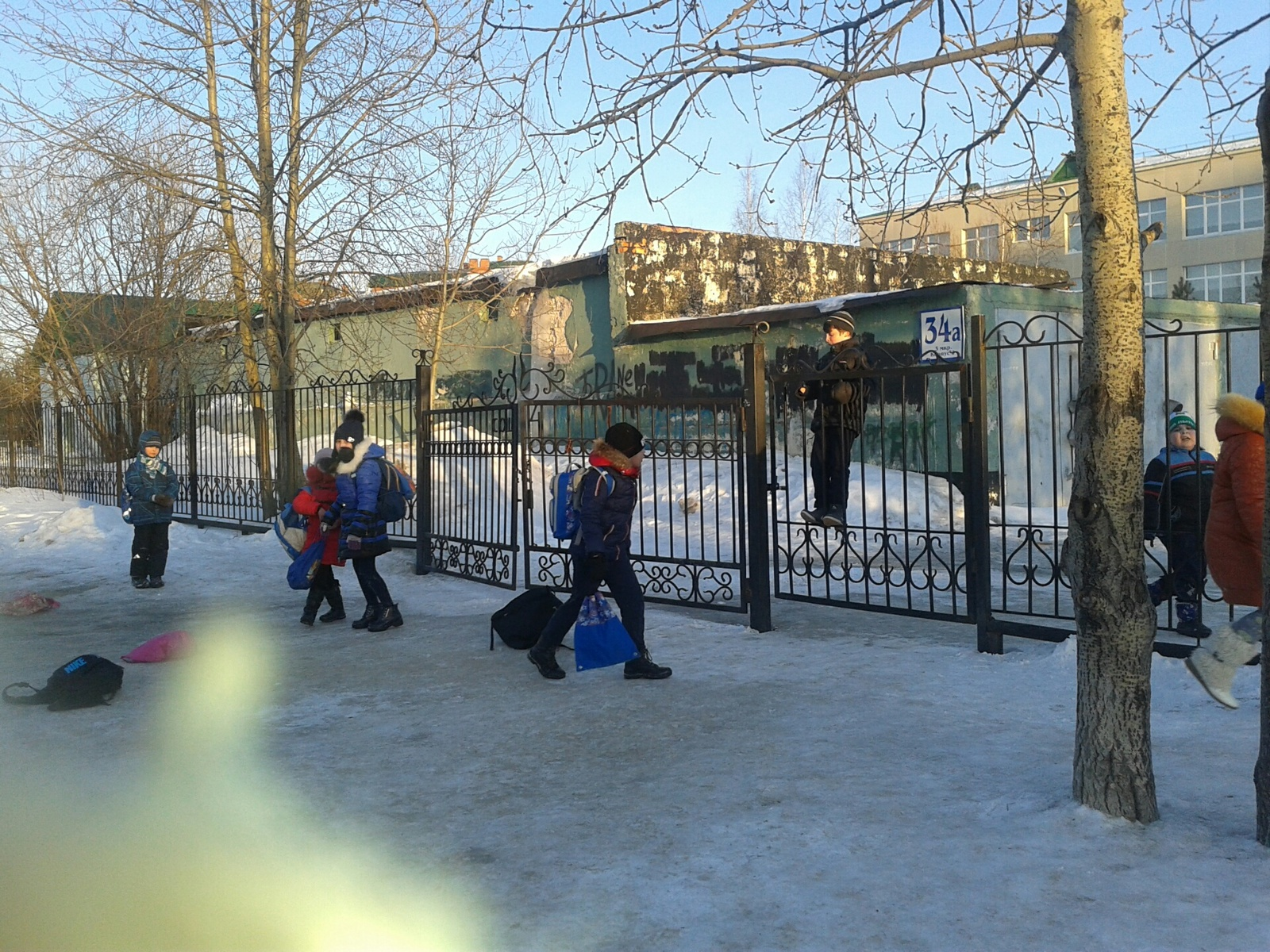 Дети на заборе фото