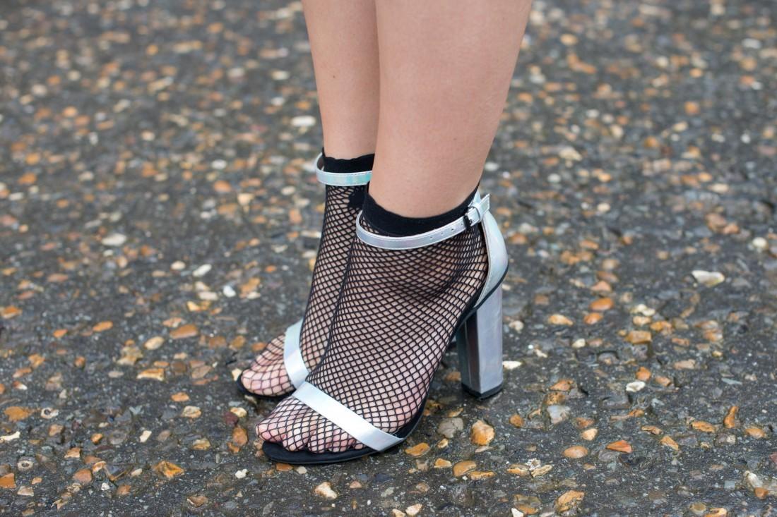 Смотреть Как носить туфли и сандалии с носками: 6 трендовых образов звезд видео
