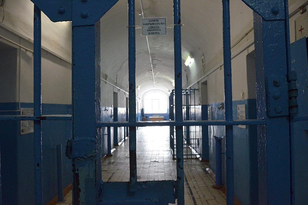 Черный заключенный с большим хуем в тюрьме, как узнать у девушке разорвана ли пизда
