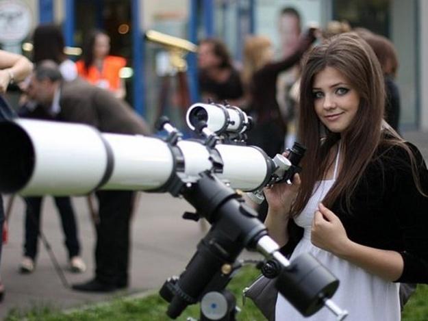 Девушка во время секса смотрит в телескоп