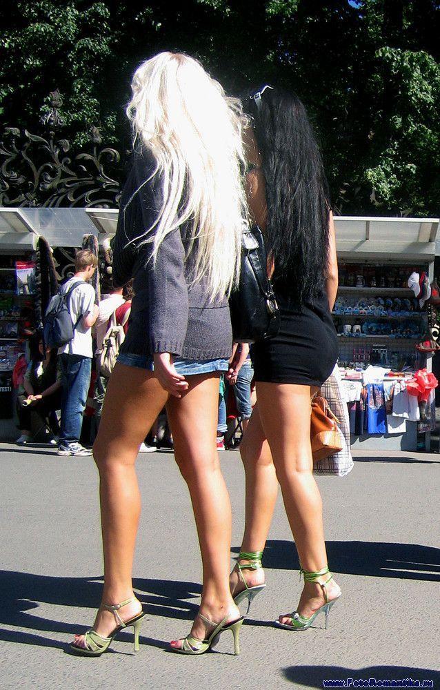 Фото девушек сидящих в мини юбке