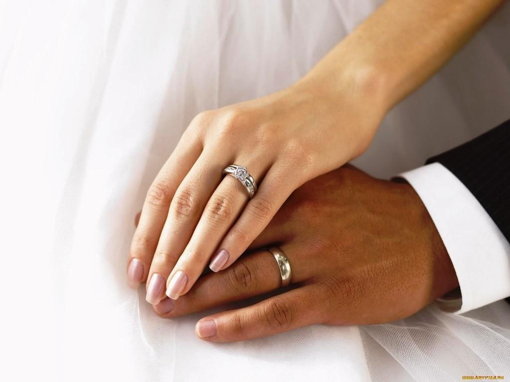 1ecc15e74b28 В чем разница между кольцом помолвки и обручальным кольцом