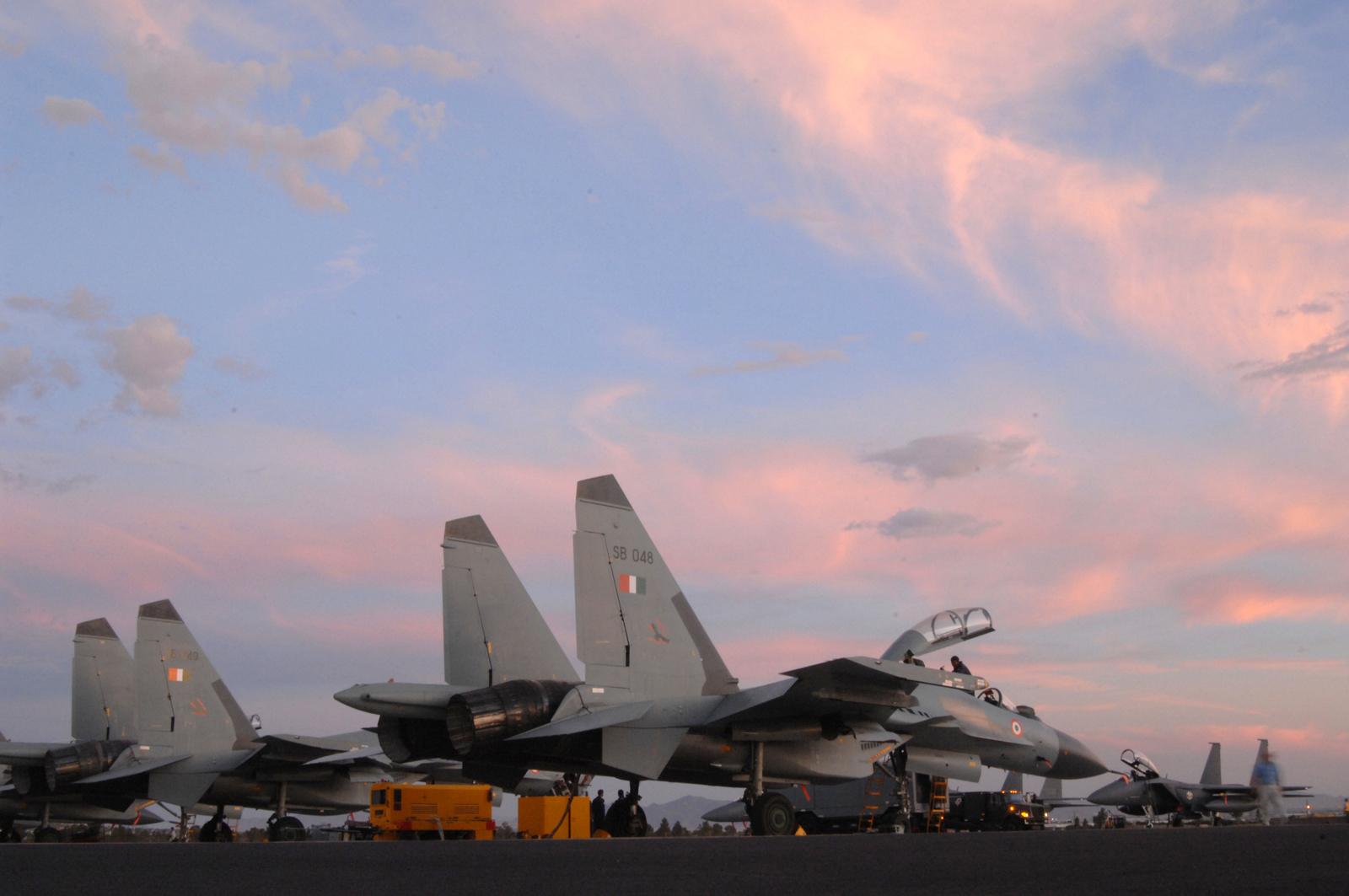 Обои самолеты, Облака, истребители, учения, побережье. Авиация foto 10