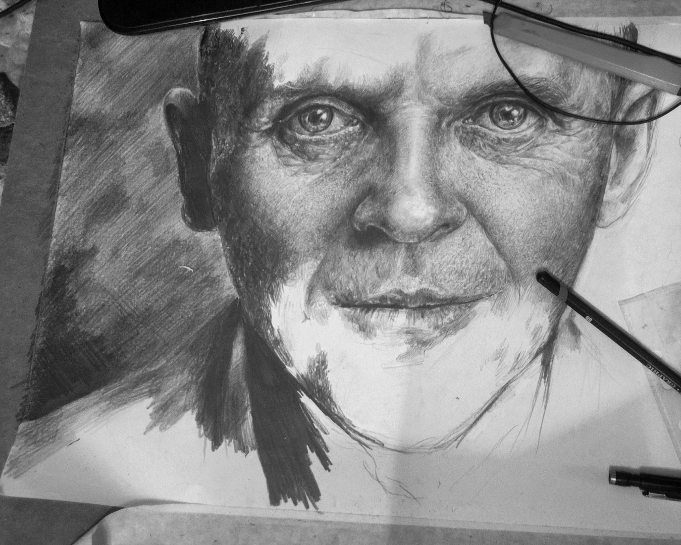 Дрочит карандашом
