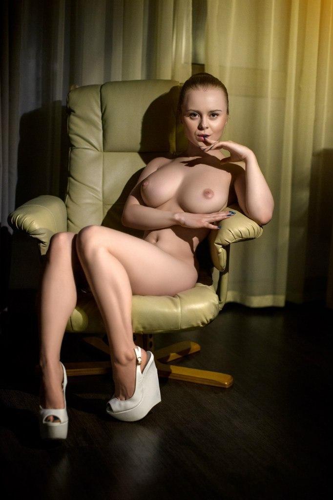 Голые девушки в кресле