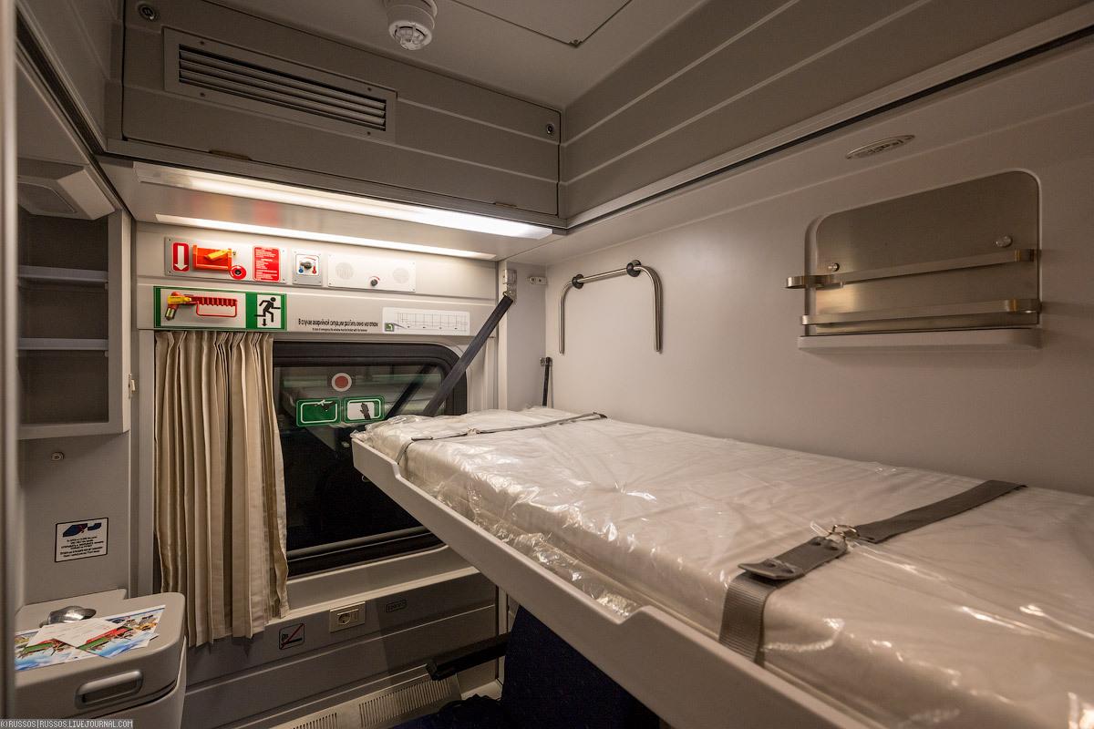 Ебет в поезде в вагоне ресторана