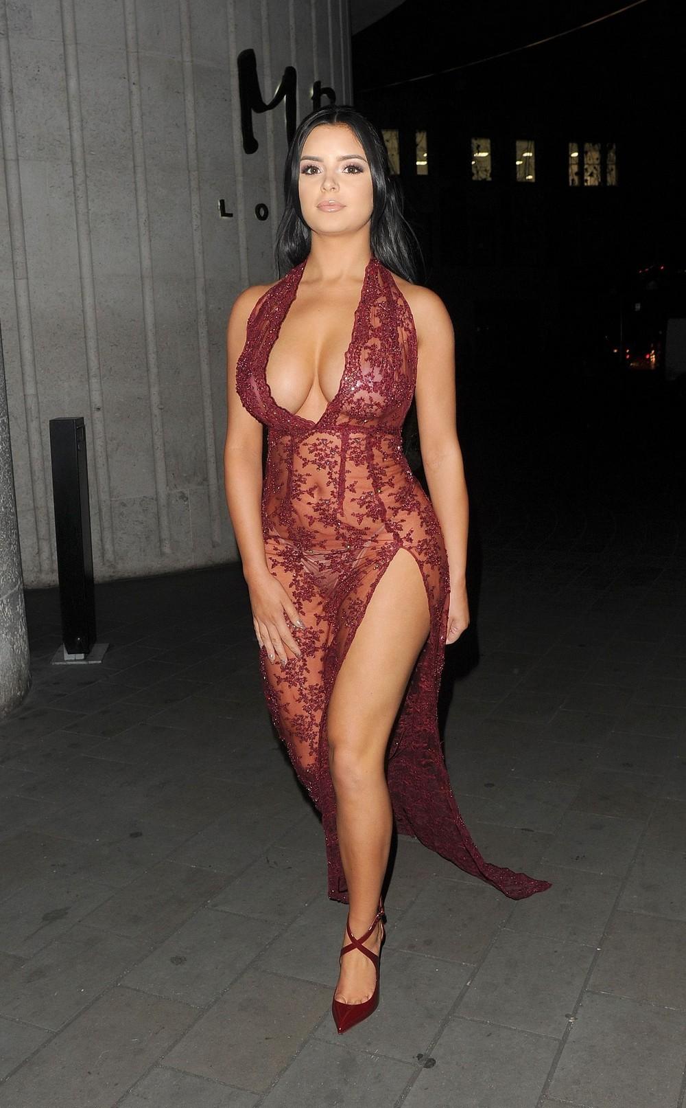 Красивая девушка в прозрачном платье