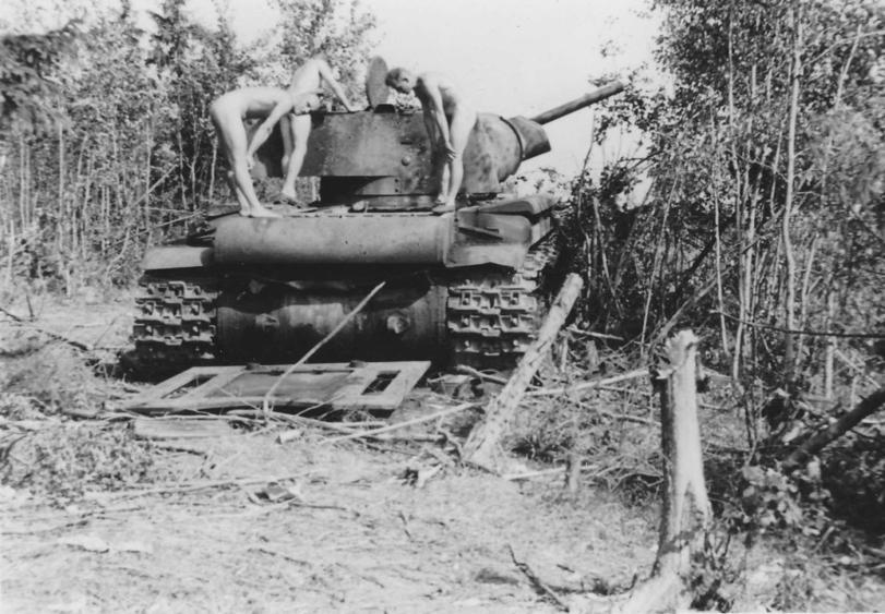 Голая блядь на танке