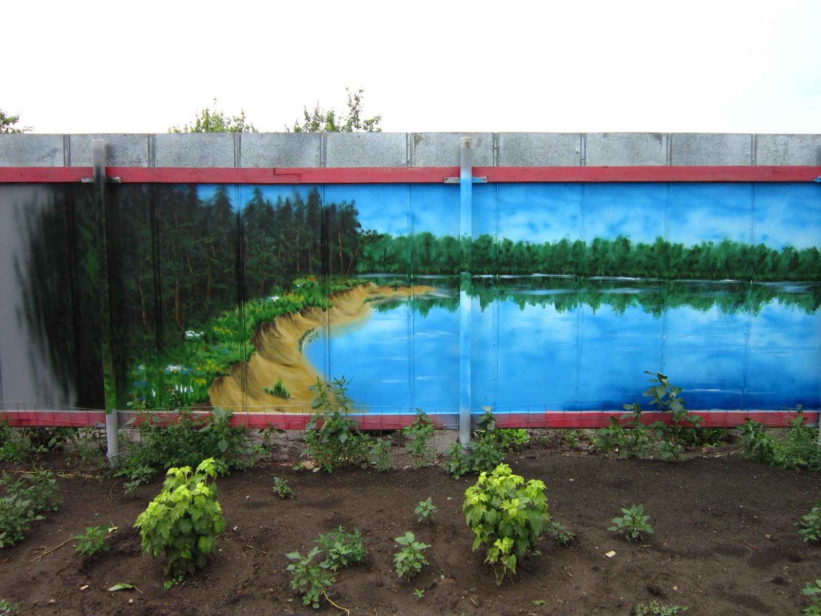 Немного лета в ленту. Рисунок на заборе на даче. | Пикабу