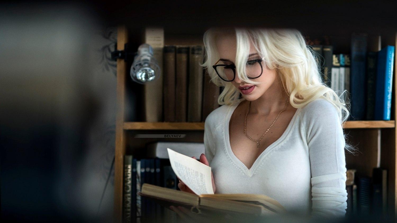 krasivaya-devushka-v-biblioteke-foto