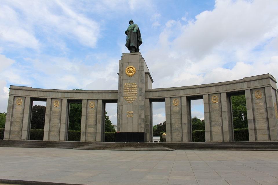 Памятником гомосексуалистам жертвам фашизма куб в германии