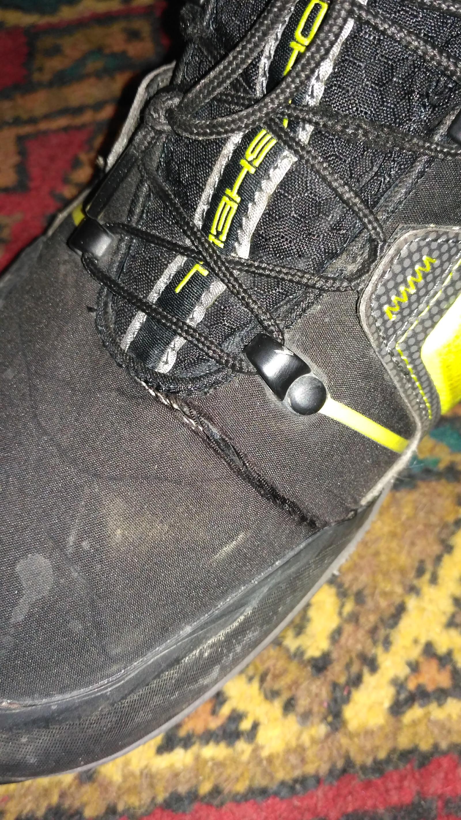 Ботинки порвались через месяц гарантия 60 дней