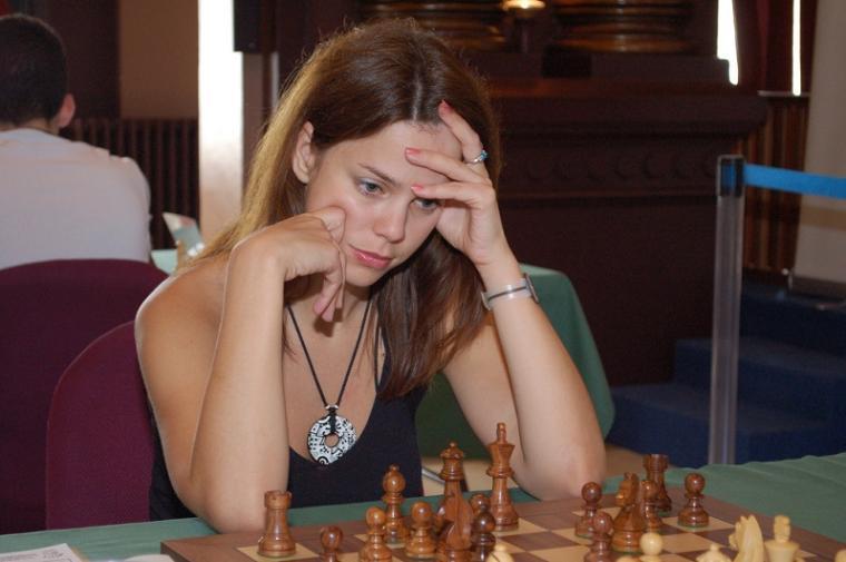 Картинки по запросу фото девушка в очках играет в шахматы