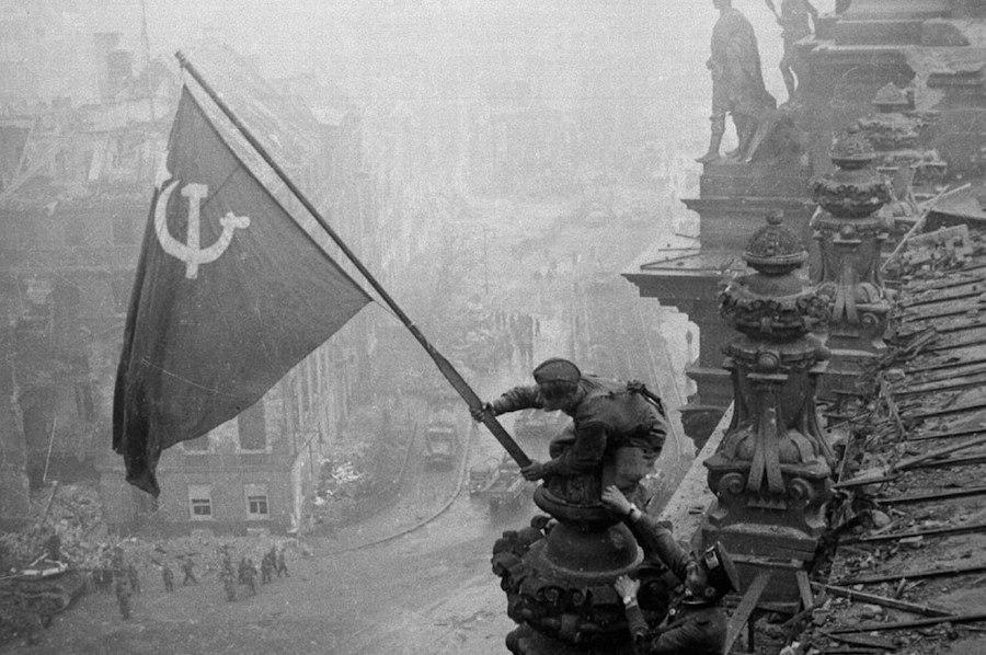 Кто же поднял знамя Победы над Рейхстагом? | Пикабу