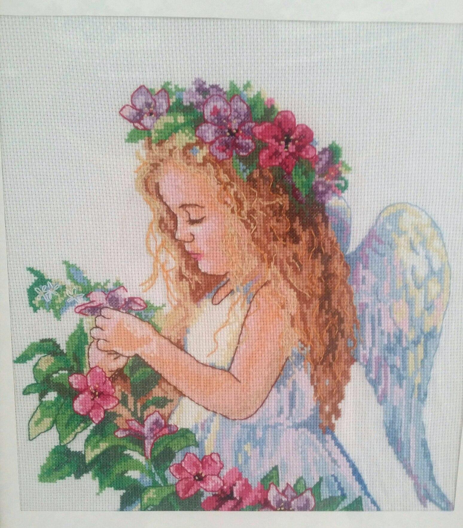 В руках у ангела вышивка