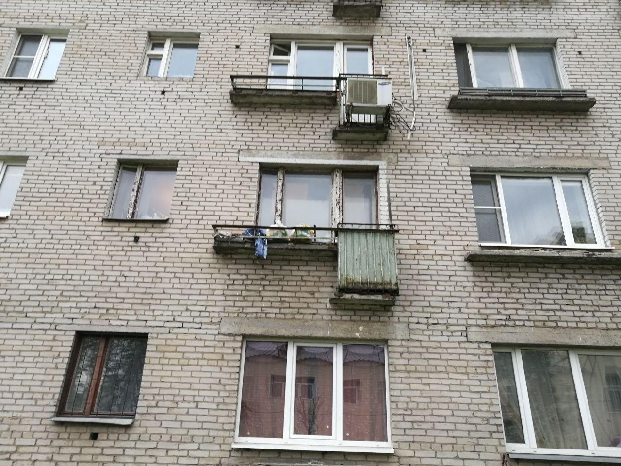 Молодые мужик висит на балконе фото изнутри как член