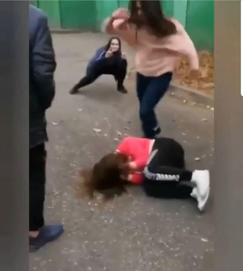 Девочку ребята ебут