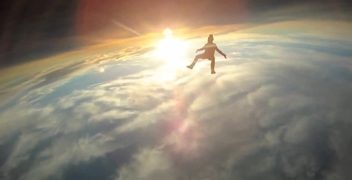 Клип показывает исполнителей на борту космического корабля, на котором они проводят своё время, играя в видеоигры, изменяя с помощью пульта произведения искус.